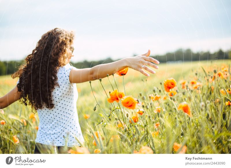 Junge hübsche Frau läuft durch Mohnblumenfeld Mensch Natur Ferien & Urlaub & Reisen Jugendliche Junge Frau Sommer Pflanze Landschaft Blume Freude 18-30 Jahre