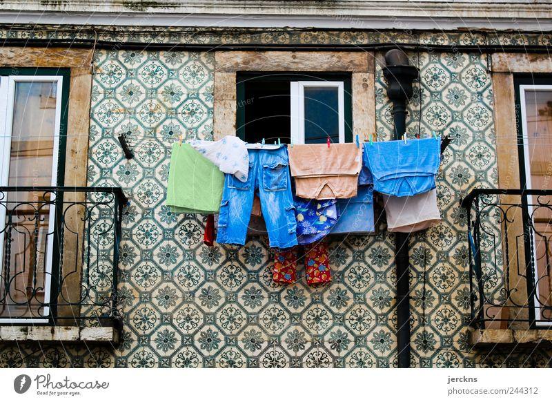 Typisches portugiesisches Fenster Lissabon Portugal Altstadt Balkon Sehenswürdigkeit Ferien & Urlaub & Reisen Farbfoto Außenaufnahme Menschenleer Morgen