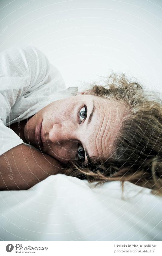 wirklich JETZT schon aufstehen? Frau Mensch Jugendliche weiß schön ruhig Einsamkeit Gesicht Auge Erholung Leben feminin Kopf Haare & Frisuren Erwachsene