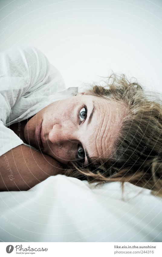 wirklich JETZT schon aufstehen? Lifestyle Wohlgefühl Zufriedenheit Sinnesorgane Erholung ruhig Bett feminin Junge Frau Jugendliche Erwachsene Partner Leben Kopf