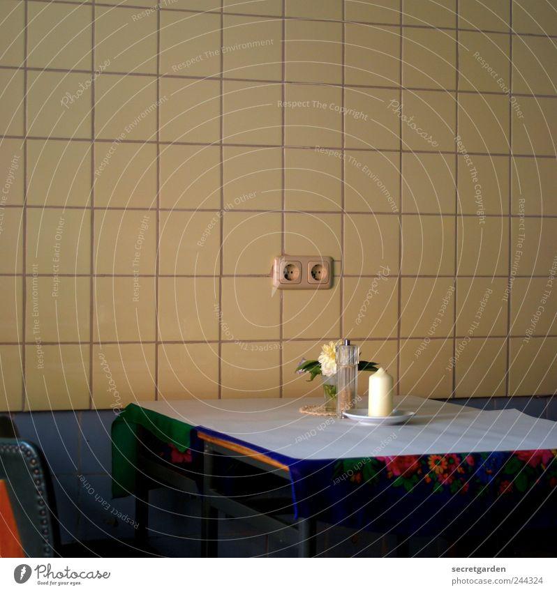 romantisch. Ernährung Teller Lifestyle Häusliches Leben Innenarchitektur Dekoration & Verzierung Möbel Stuhl Tisch Raum Küche Restaurant retro trashig gelb weiß