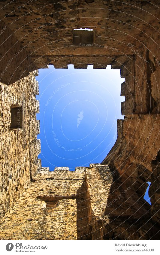Perspektivwechsel blau Wand Mauer braun Turm historisch Burg oder Schloss aufwärts Ruine vertikal Durchblick himmelwärts Steinmauer aufstrebend Himmelstor