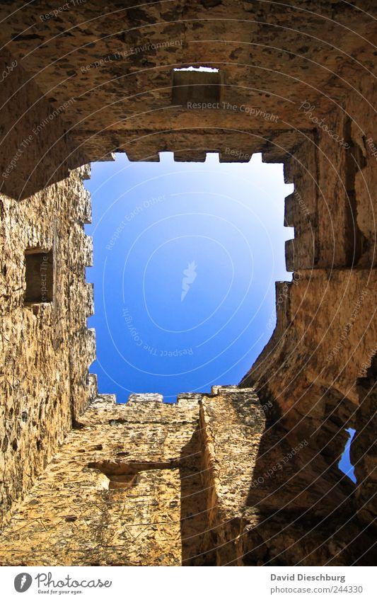 Perspektivwechsel Burg oder Schloss Ruine Turm Mauer Wand blau braun Farbfoto Außenaufnahme Tag Licht Schatten Kontrast Lichterscheinung Froschperspektive