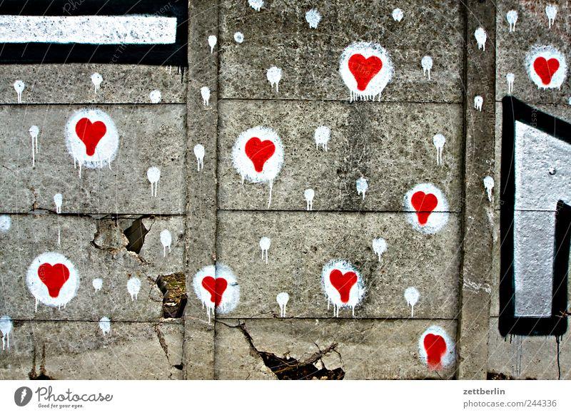 Mauer Berlin Friedhof Schöneberg Beton Graffiti Grafik u. Illustration Mediengestalter Herz Liebe Romantik Liebeserklärung Gefühle Frühlingsgefühle viele