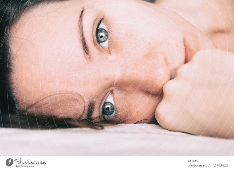 Frau Mensch Jugendliche Junge Frau Farbe schön weiß Erholung Einsamkeit ruhig Mädchen 18-30 Jahre schwarz Gesicht Erwachsene Auge