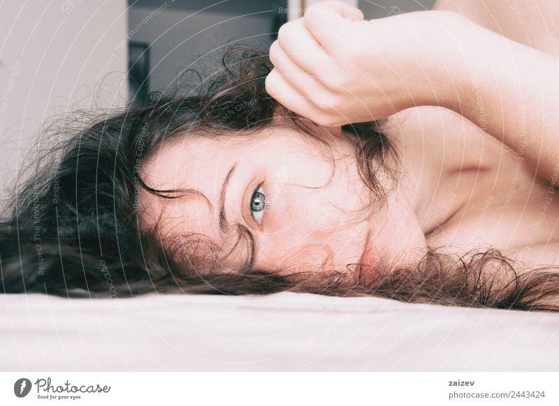 eine Frau, die ruhig liegt. Lifestyle schön Gesicht Erholung Mensch feminin Mädchen Junge Frau Jugendliche Erwachsene 13-18 Jahre brünett Denken schlafen