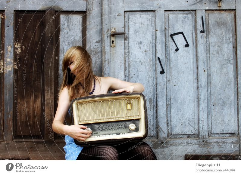 meine musik Stil Freude Radiogerät feminin Junge Frau Jugendliche Haare & Frisuren 1 Mensch Musik Musik hören Tor Tür Kleid Strumpfhose blond langhaarig