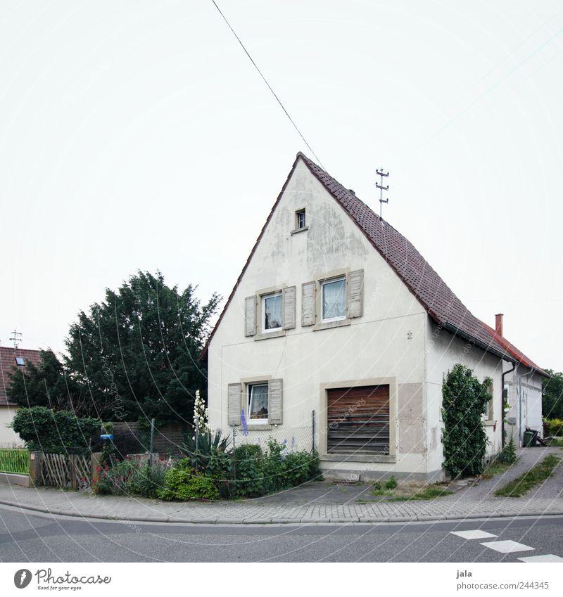 emma's ecke Himmel Natur Baum Pflanze Haus Straße Garten Gras Wege & Pfade Gebäude trist Sträucher Bauwerk Einfamilienhaus