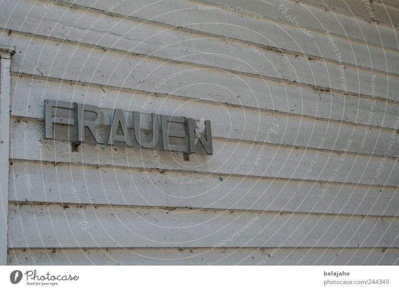 Frauen Erwachsene Schwimmbad Mauer Wand Schriftzeichen alt einfach feminin Gedeckte Farben Außenaufnahme Textfreiraum rechts Textfreiraum oben