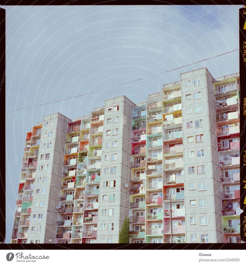 bunte Platte Architektur Gebäude Hochhaus Plattenbau Wohnung Balkon Fenster Fassade Beton mehrfarbig Polen Farbe