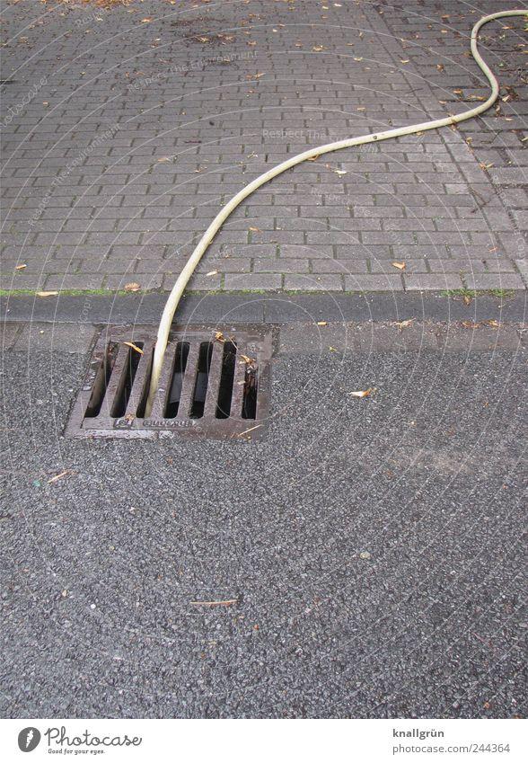 In dunklen Kanälen Straße Gully Schlauch Pflastersteine hängen liegen dreckig dunkel grau weiß gefährlich bedrohlich Sicherheit Sorge Umwelt Umweltverschmutzung