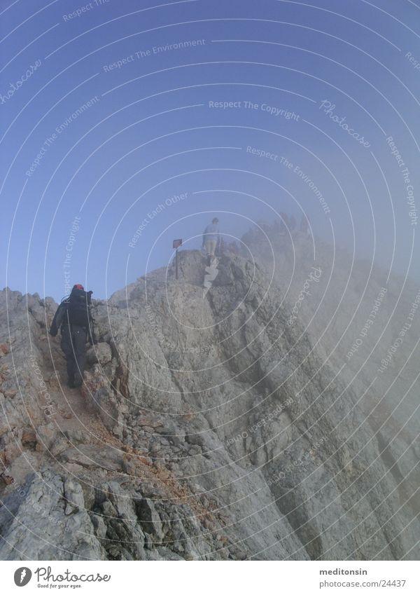 gratwandern Sport Berge u. Gebirge Nebel Verkehr Alpen Gipfel Bergkamm