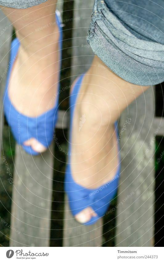 Auf gutem Weg! Beine Fuß 1 Mensch Jeanshose Schuhe Holz gehen blau Gefühle Lebensfreude Freude blue suede shoes Farbfoto Außenaufnahme Tag