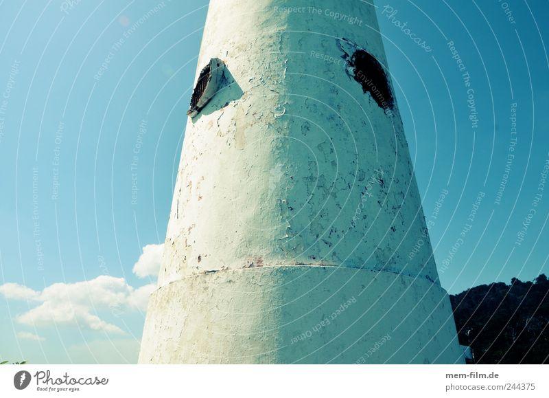 rund und dick Leuchtturm Beton Gebäude blau weiß fensterlos Meer