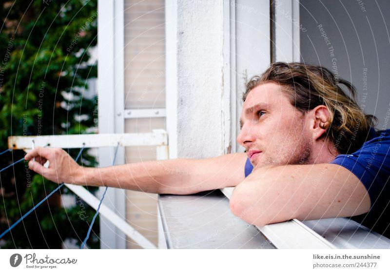fernweh auf balkonien Mensch Mann Jugendliche Erwachsene Erholung Gesicht Fenster Leben Kopf Traurigkeit Denken träumen Junger Mann 18-30 Jahre Arme maskulin