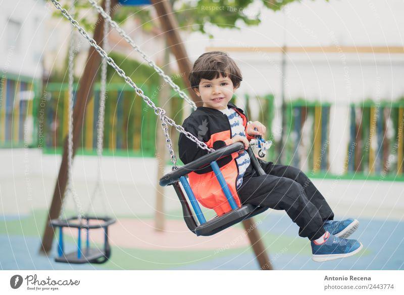 Spielendes Kind Freude Glück Freizeit & Hobby Schule Junge Kindheit Jugendliche Park Spielplatz Pullover Strumpfhose brünett Metall Bewegung Lächeln schaukeln