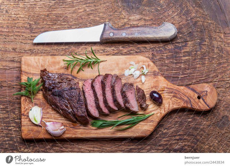 Scheiben von einem gegrillten Steak auf Holz Hintergrundbild Lebensmittel authentisch kochen & garen Kräuter & Gewürze Medien Fleisch Mahlzeit Grill geschnitten