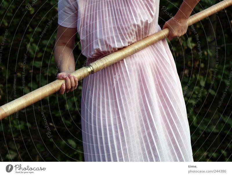 Gartenarbeit, deluxe Frau Mensch Natur alt Hand grün Erwachsene feminin Bewegung Arbeit & Erwerbstätigkeit Kraft rosa elegant warten Ordnung stehen