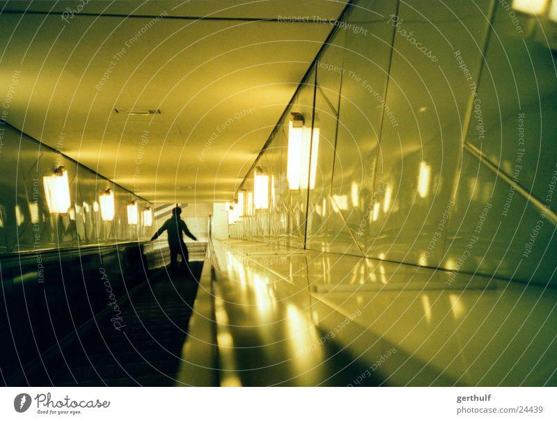 Rolltreppe Mensch Mann grün Einsamkeit Graffiti laufen Hamburg rennen Geschwindigkeit Treppe Technik & Technologie lang U-Bahn Tiefenschärfe abwärts Eile