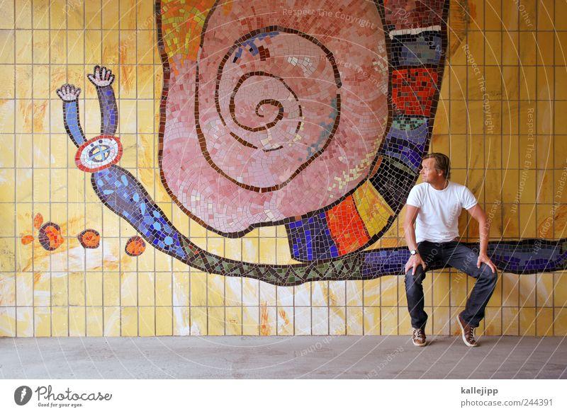 schleimer Mensch maskulin Mann Erwachsene 1 30-45 Jahre Tier Schnecke sitzen Mosaik Schleimspur Fliesen u. Kacheln Passagier Farbfoto mehrfarbig Außenaufnahme