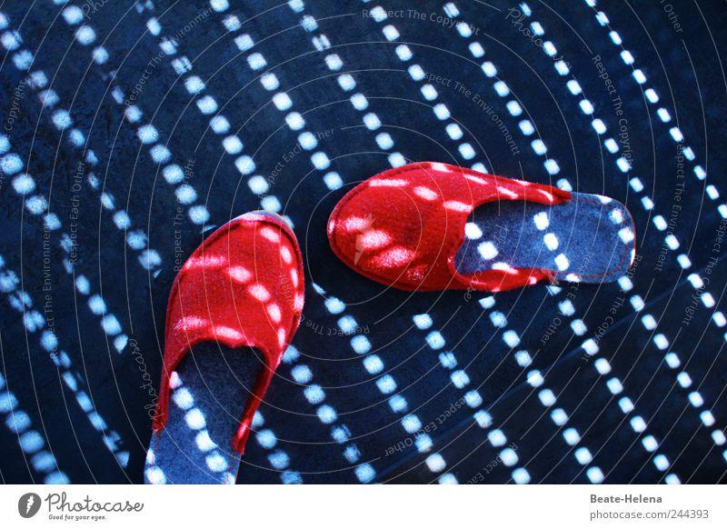 Die alltägliche Siesta Erholung ruhig Ferien & Urlaub & Reisen Sommer Schlafzimmer Schuhe Hausschuhe schlafen ästhetisch rot schwarz Freude Zufriedenheit