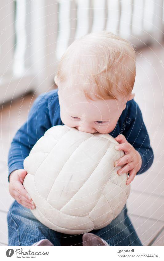 Baby-Pille Mensch blau schön Freude Gesicht Spielen Glück blond maskulin Fröhlichkeit weich niedlich Ball festhalten Warmherzigkeit