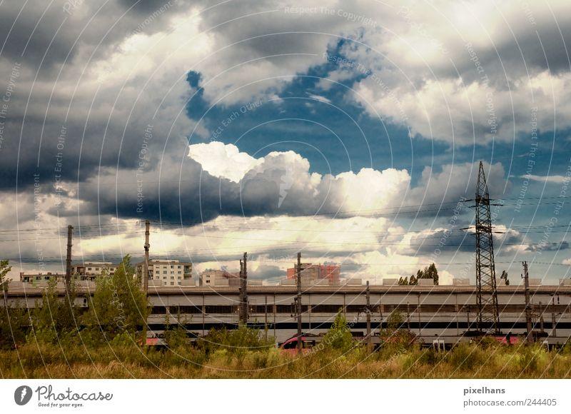 Viel Wolken, wenig Sonne Himmel Natur blau Pflanze Sommer Haus Landschaft Gras Wetter braun Hochhaus Eisenbahn Industrie Sträucher Technik & Technologie
