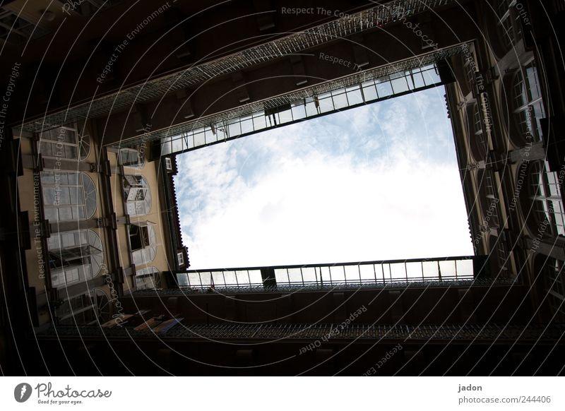 regenpause Lifestyle Spielen Freiheit Häusliches Leben Wohnung Haus Himmel Stadt Hauptstadt Altstadt Bauwerk Gebäude Architektur Wohnhaus Altbau Mauer Wand