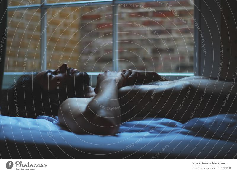 nachts wenn man sich wünscht.... maskulin Körper Haut 1 Mensch 18-30 Jahre Jugendliche Erwachsene Mauer Wand Fenster Bett Decke Schlafzimmer liegen authentisch