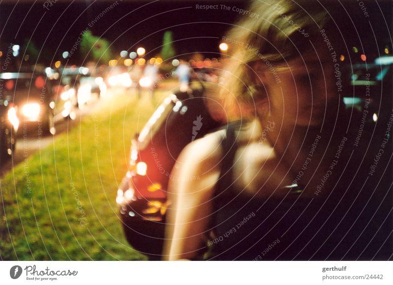 Girl Bewegungsunschärfe Langzeitbelichtung Frau feminin Top Licht Verkehrsstau Nacht dunkel PKW moving autoschlange