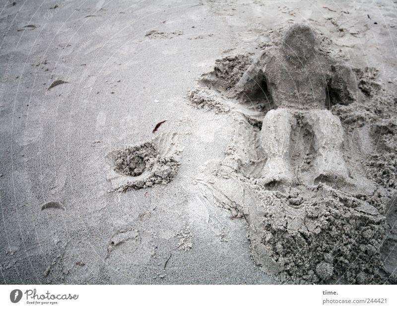 Das Sandmännchen erwacht Strand grau Sand Kunst sitzen Kreativität Figur Bildhauerei Schaffung Sandstrand aufstützen Grube