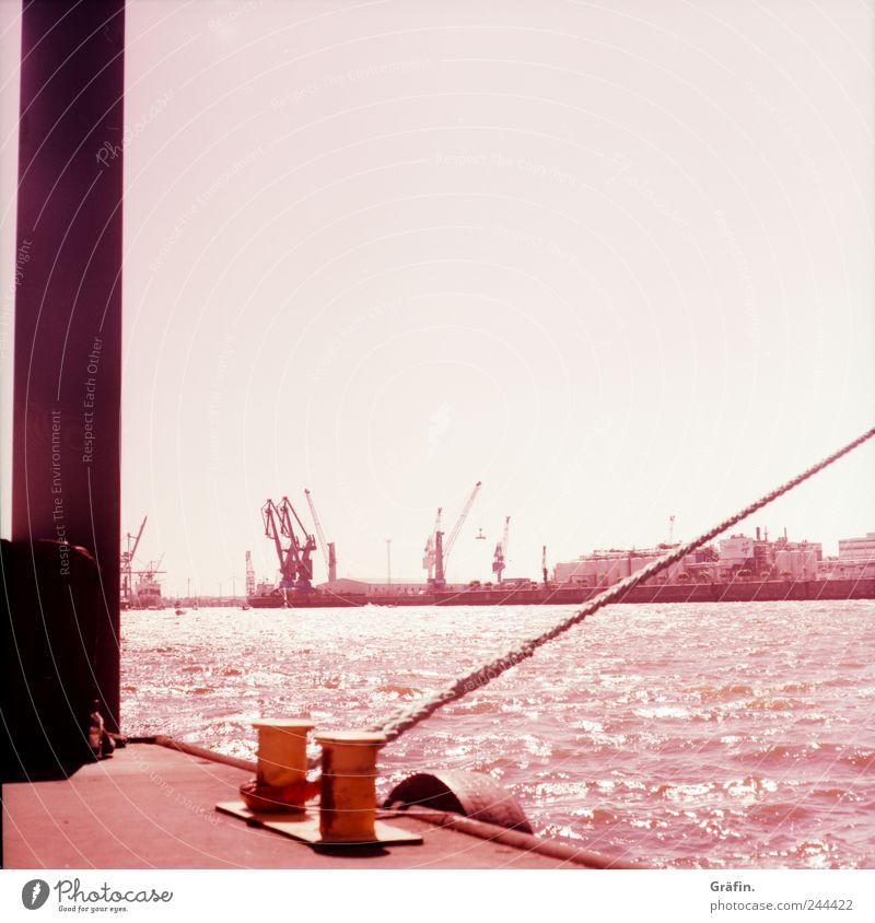 Zieh Leine! Wellen Seil Wasser Fluss Hafenstadt Menschenleer Schifffahrt glänzend Tauziehen fest violett rosa Stress Kraft spannen festbinden Befestigung