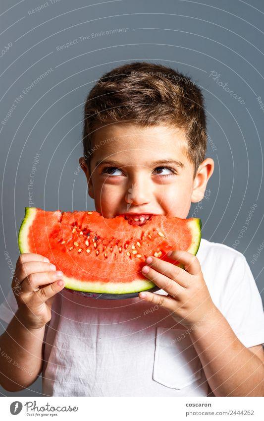 Lustiges Kind isst Wassermelone drinnen. Gesunde Ernährung Lebensmittel Frucht Essen Saft Lifestyle Freude Glück schön Gesicht Sommer Mensch Baby Junge Kindheit