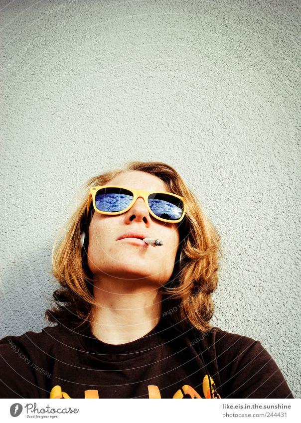 zeit für n raucherpäuschen Frau Mensch Jugendliche Leben Erholung feminin träumen Kopf Haare & Frisuren blond Erwachsene Coolness Pause Rauchen Balkon Zigarette