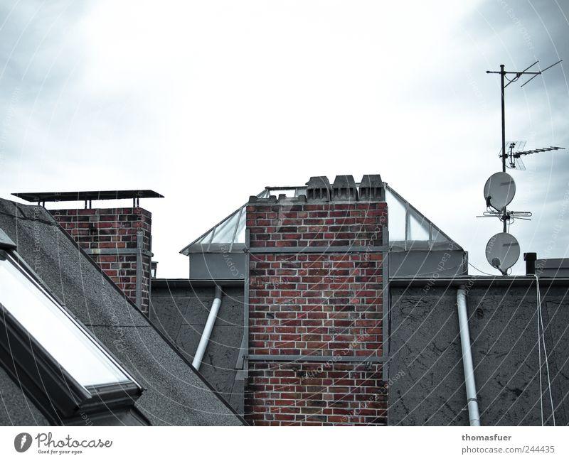 Über den Dächern Häusliches Leben Haus Himmel Stadtzentrum Architektur Mauer Wand Fenster Dach Dachrinne Schornstein Antenne Satellitenantenne Stein Glas Metall