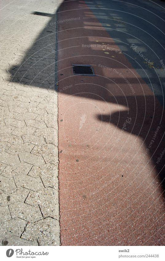 Stadtleben Nakskov Dänemark Stadtzentrum Verkehr Straße Fahrradweg fahren eckig einfach grau rosa schwarz parallel Fenster Schatten Silhouette Gully Farbfoto