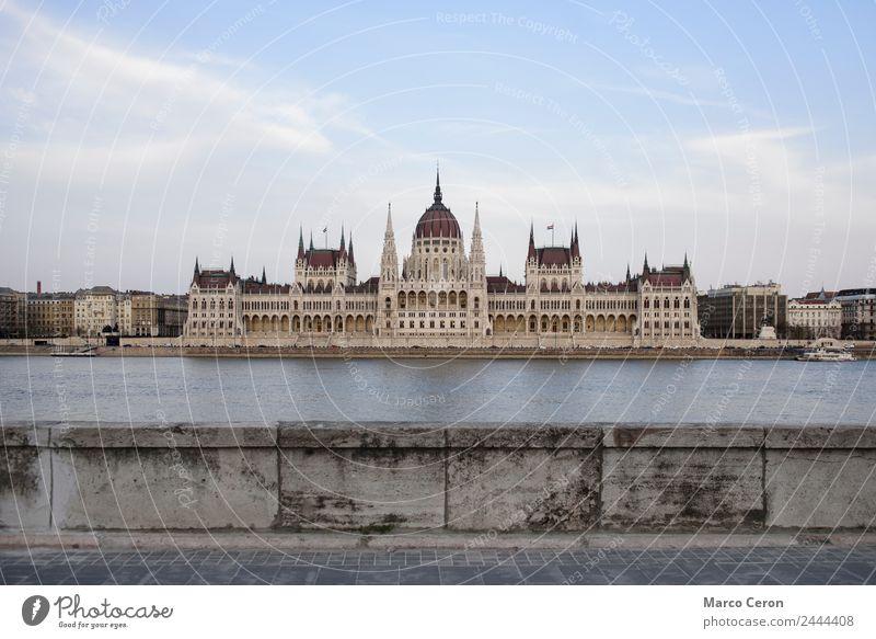 Ungarisches Parlamentsgebäude und Donau Architektur Hintergrund blau Budapest Gebäude Großstadt Stadtbild Tag Europa berühmt gotisch Regierung Ungarn