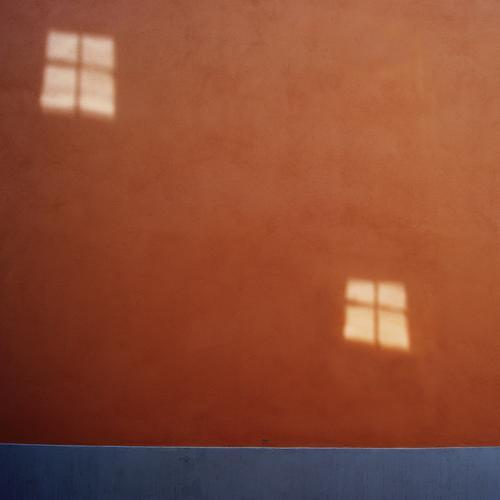 Partnerlook Haus Mauer Wand Fassade Fenster eckig Zusammensein hoch blau braun rot 2 doppelt gemoppelt paarweise Textfreiraum Farbfoto Außenaufnahme