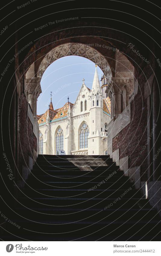 Unterschiedliche Ansichten über die Matias-Kirche in Buda Bogen Architektur Trutzburg Budapest Gebäude Tageslicht verschiedene Dom Fischer Empore gotisch
