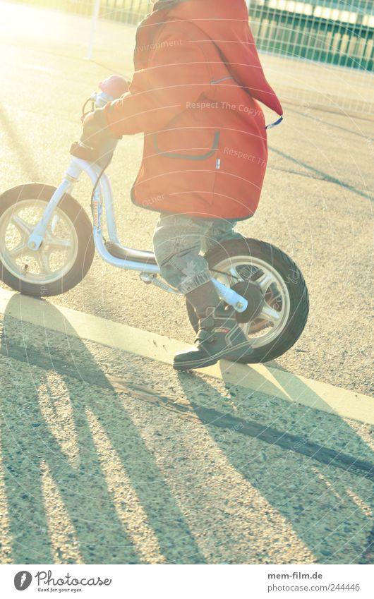 der sonne entgegen Kind rot Spielen Bewegung Geschwindigkeit fahren Fahrrad üben Zwerg stoßen Mensch Kinderfahrrad