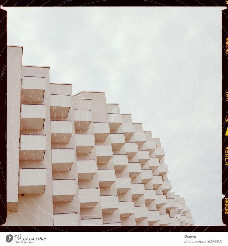 500 Himmel weiß Wolken Gebäude Architektur Fassade Ordnung Hotel Reihe Balkon Raster Textfreiraum bedeckt