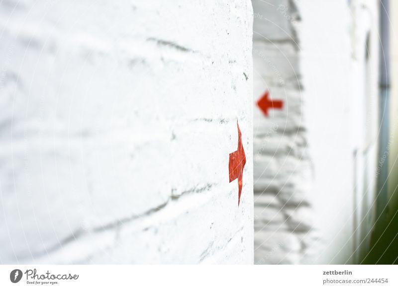 Pfeile Haus Wand Gebäude Mauer gehen Fassade Tür Hinweisschild planen Bauwerk Suche Richtung Eingang Orientierung