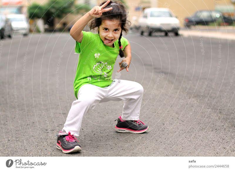 Helma feminin Kind 1 Mensch 3-8 Jahre Kindheit Frühling Stadt Straße Spielen sportlich niedlich Tatkraft Konzentration Kraft grün Fröhlichkeit Sport Turnschuh