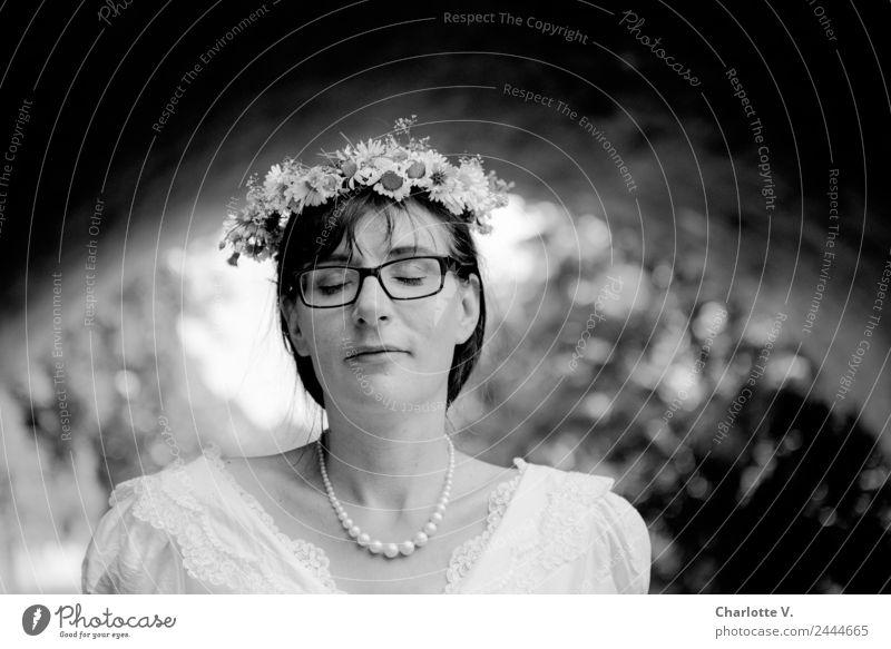 Träumen | UT Dresden elegant Hochzeit Braut feminin Frau Erwachsene 1 Mensch 30-45 Jahre Perlenkette Blumenkranz brünett Pony Lächeln leuchten träumen weich