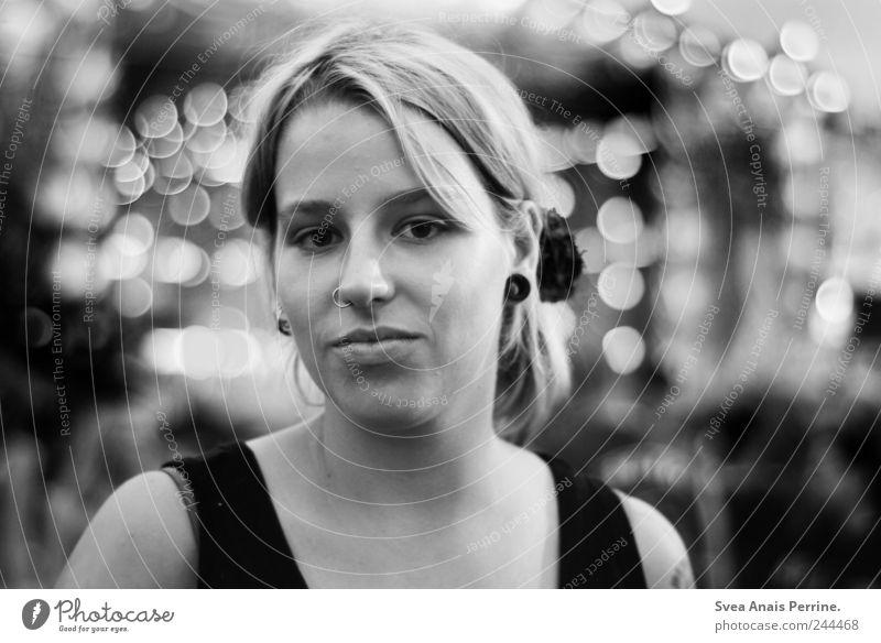woodstock,2011. feminin Junge Frau Jugendliche Gesicht Mensch 18-30 Jahre Erwachsene Punk Blick einzigartig Piercing Lichtpunkt Lichtspiel Schwarzweißfoto