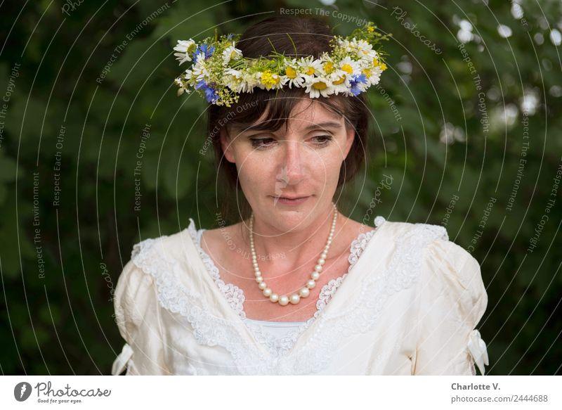 Nachdenklich | UT Dresden Hochzeit Braut feminin Frau Erwachsene 1 Mensch 30-45 Jahre Brautkleid Perlenkette Blumenkranz brünett Denken elegant schön weich grün