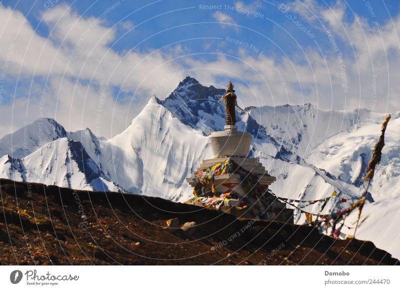 Eine Stupa in Tibet Natur Himmel ruhig Wolken Farbe Berge u. Gebirge Freiheit Glück träumen Landschaft Luft Umwelt Zufriedenheit Energie Felsen authentisch