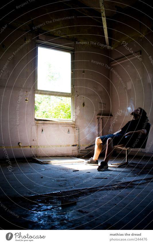 SMOKE Mensch Erholung kalt dunkel Fenster Wand Gebäude Mauer Raum sitzen maskulin ästhetisch außergewöhnlich Pause trist bedrohlich