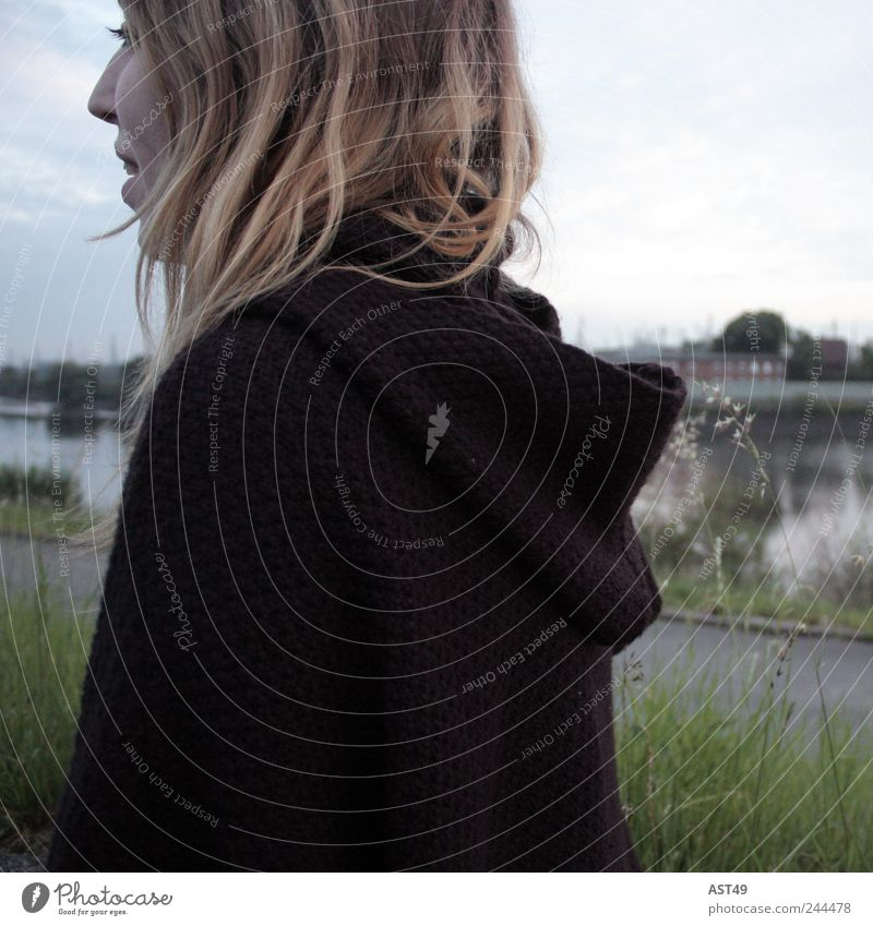Am Deich Frau Mensch Jugendliche Wasser Erwachsene feminin dunkel Gefühle Kopf Haare & Frisuren Sehnsucht 18-30 Jahre Mantel langhaarig Fernweh Junge Frau