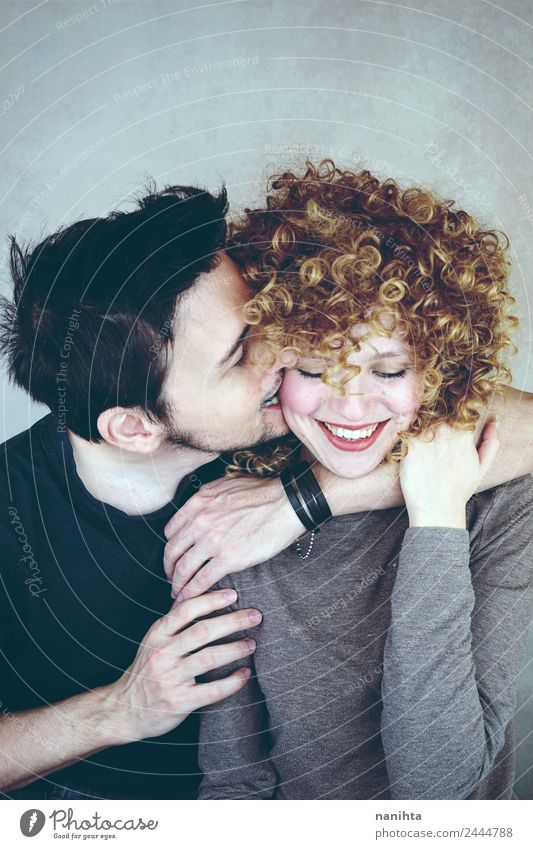 Ein junges Paar, das so glücklich zusammen ist. Lifestyle Freude Wellness Wohlgefühl Sinnesorgane Valentinstag Mensch maskulin feminin Junge Frau Jugendliche